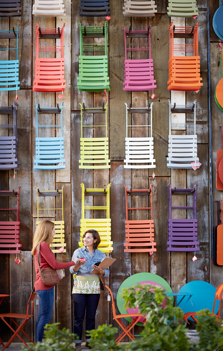 lifestyle photographer, advertising photographer, girls, friends, colored chairs, women talking, small business, outdoor garden