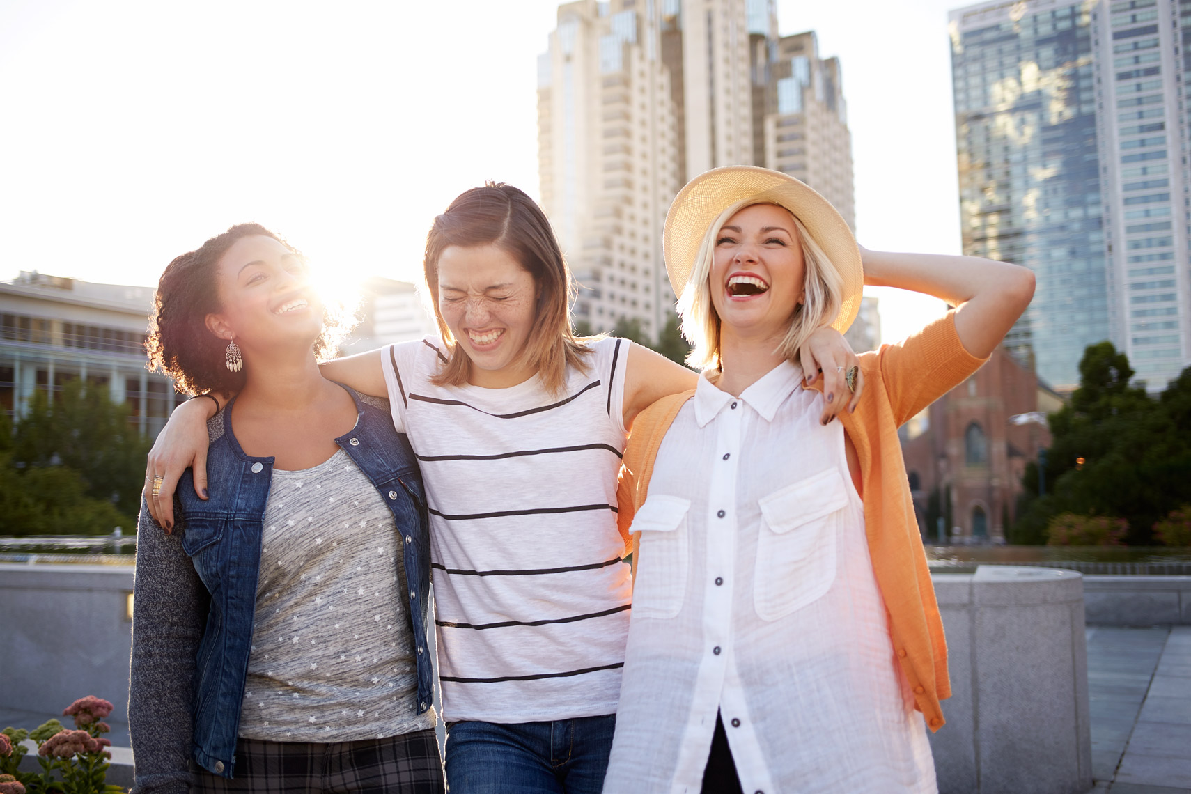 lifestyle photographer, advertising photographer, girls, friends laughing, girls in the city, girl with hats, blond girl